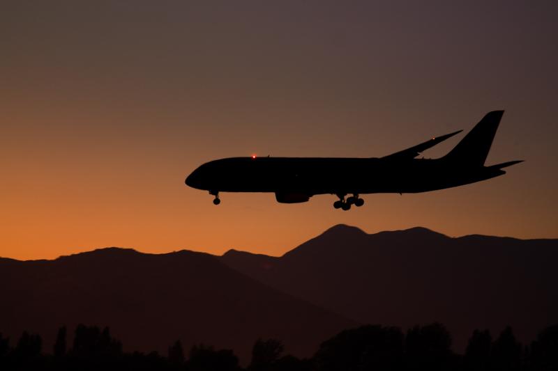 Boeing 787 al atardecer